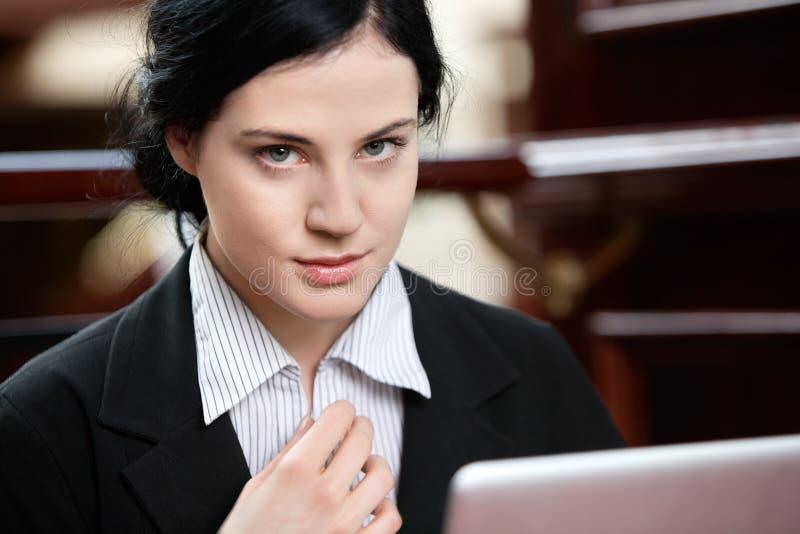 Έξυπνος θηλυκός ανώτερος υπάλληλος στοκ φωτογραφία με δικαίωμα ελεύθερης χρήσης