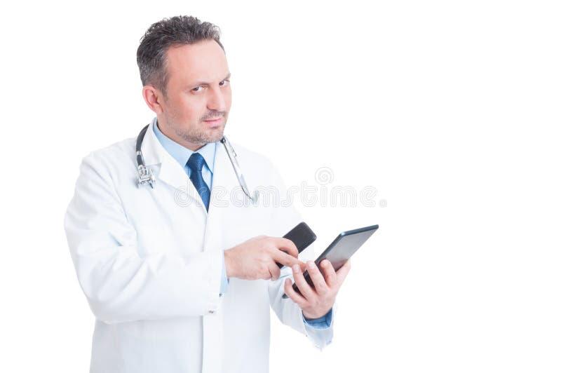 Έξυπνος και σύγχρονος γιατρός ή γιατρός που χρησιμοποιεί την ταμπλέτα και το τηλέφωνο στοκ φωτογραφία με δικαίωμα ελεύθερης χρήσης