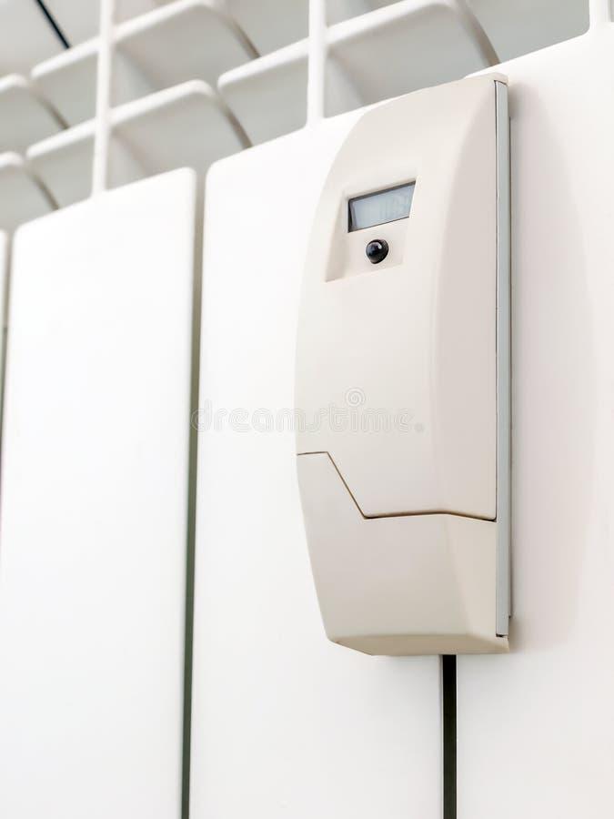 Έξυπνος μετρητής θερμότητας στο άσπρο θερμαντικό σώμα στοκ εικόνες με δικαίωμα ελεύθερης χρήσης
