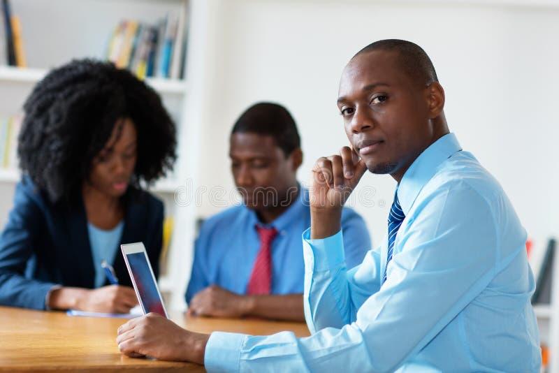 Έξυπνος οικονομικός σύμβουλος αφροαμερικάνων με την επιχειρησιακή ομάδα στοκ φωτογραφίες