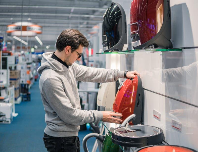 Έξυπνος πελάτης που αγοράζει τη νέα ηλεκτρική σκούπα στοκ φωτογραφίες
