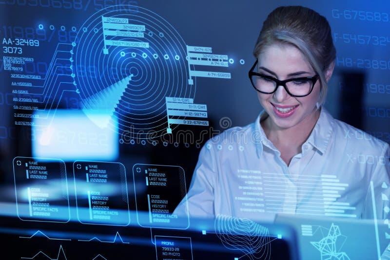 Έξυπνος πεπειραμένος προγραμματιστής που εξετάζει cyber την ασφάλεια και το χαμόγελο στοκ φωτογραφία