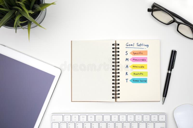 Έξυπνος στόχος που θέτει με το σημειωματάριο στοκ εικόνα με δικαίωμα ελεύθερης χρήσης
