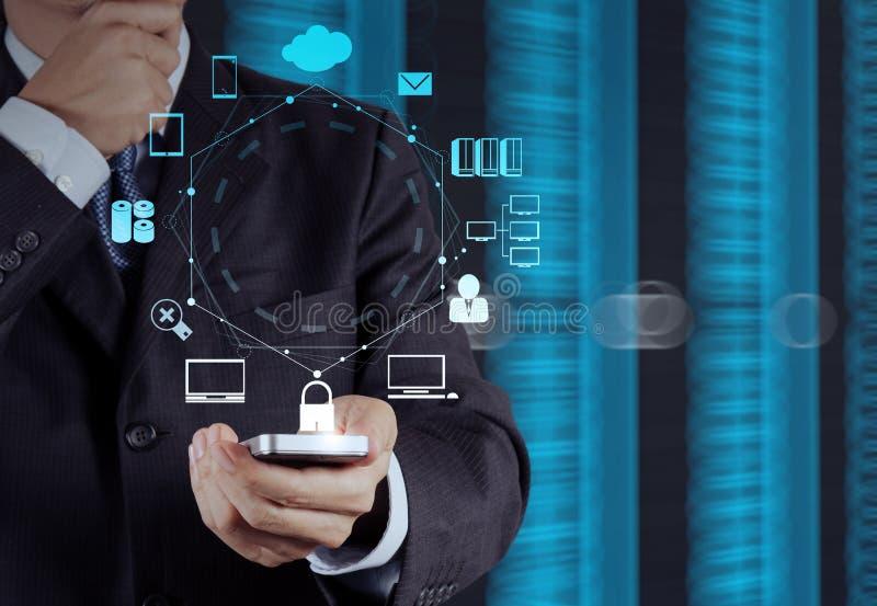 Έξυπνος τηλεφωνικός υπολογιστής χρήσης χεριών επιχειρηματιών στοκ εικόνες