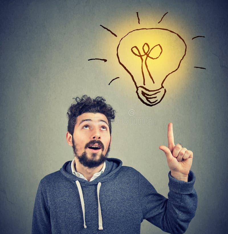 Έξυπνο άτομο hipster που έχει την ιδέα που δείχνει επάνω στοκ εικόνες