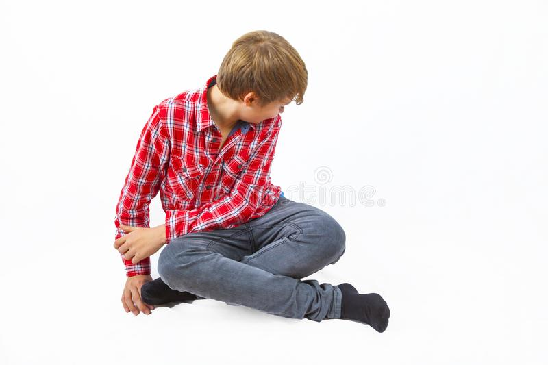 Έξυπνο αγόρι που κάθεται στο πάτωμα στοκ εικόνες με δικαίωμα ελεύθερης χρήσης