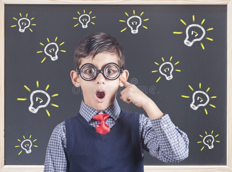 Έξυπνο αγόρι που σκέφτεται σκληρά στοκ φωτογραφίες με δικαίωμα ελεύθερης χρήσης