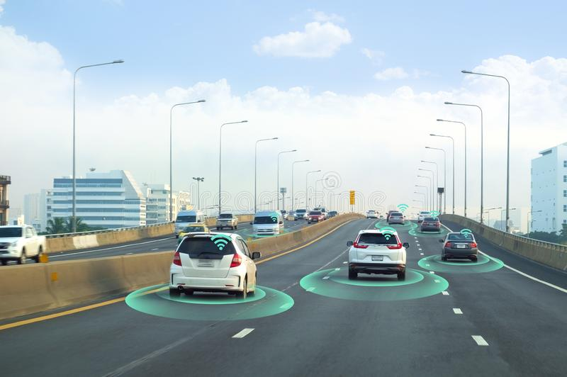 Έξυπνο αυτοκίνητο, μόνος-οδηγώντας όχημα τρόπου με το σύστημα σημάτων ραντάρ και και ασύρματη επικοινωνία, αυτόνομη στοκ εικόνα
