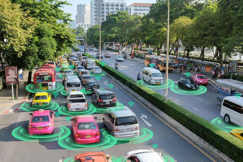 Έξυπνο αυτοκίνητο, μόνος-οδηγώντας όχημα τρόπου με το σύστημα σημάτων ραντάρ και και ασύρματη επικοινωνία, αυτόνομη στοκ φωτογραφία με δικαίωμα ελεύθερης χρήσης