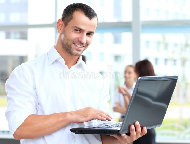 Έξυπνο επιχειρησιακό άτομο που χρησιμοποιεί το lap-top στοκ εικόνες