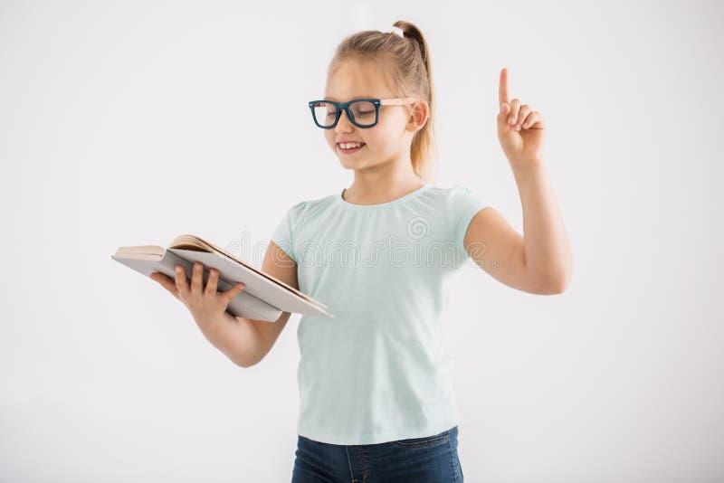 Έξυπνο κορίτσι με το ανοικτό βιβλίο στοκ εικόνες με δικαίωμα ελεύθερης χρήσης