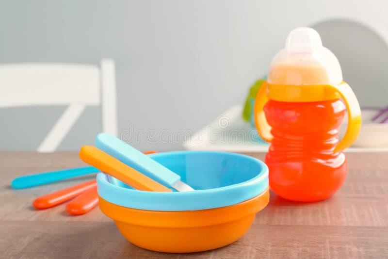 Έξυπνο μωρό dishware στοκ φωτογραφίες με δικαίωμα ελεύθερης χρήσης