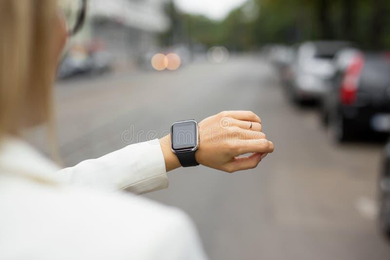 Έξυπνο ρολόι στον καρπό της γυναίκας στοκ εικόνες με δικαίωμα ελεύθερης χρήσης