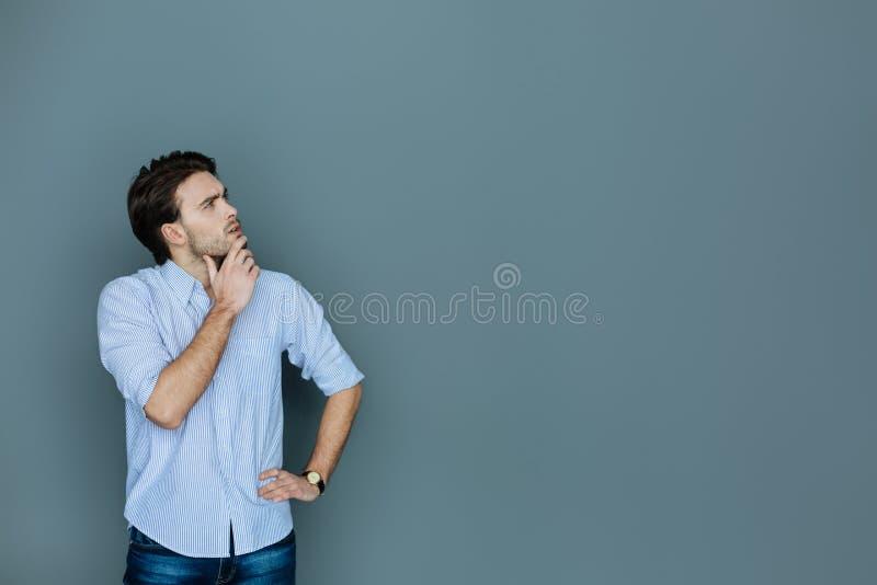 Έξυπνο στοχαστικό άτομο που ανατρέχει στοκ φωτογραφία με δικαίωμα ελεύθερης χρήσης