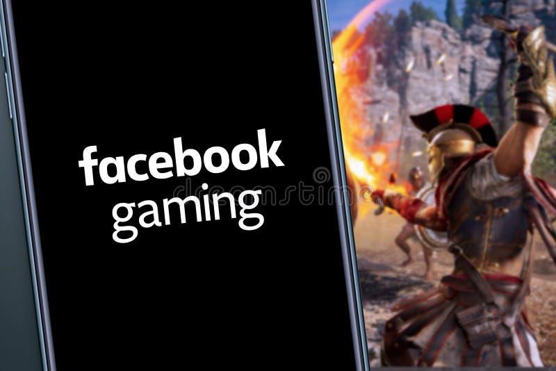 Έξυπνο τηλέφωνο με λογότυπο GAMING στο FACEBOOK στοκ εικόνες με δικαίωμα ελεύθερης χρήσης