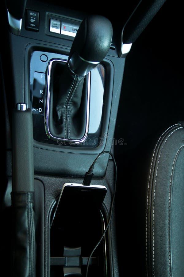 Έξυπνο τηλέφωνο που επαναφορτίζει από τον προσαρμοστή καλωδίου τροφοδοσίας αυτοκινήτων στοκ φωτογραφία