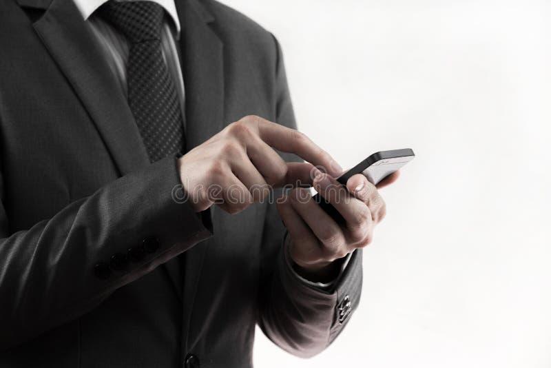 Έξυπνο τηλέφωνο χρήσης χεριών επιχειρηματιών. στοκ φωτογραφίες