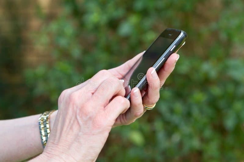 Έξυπνο τηλέφωνο Texting στοκ εικόνες