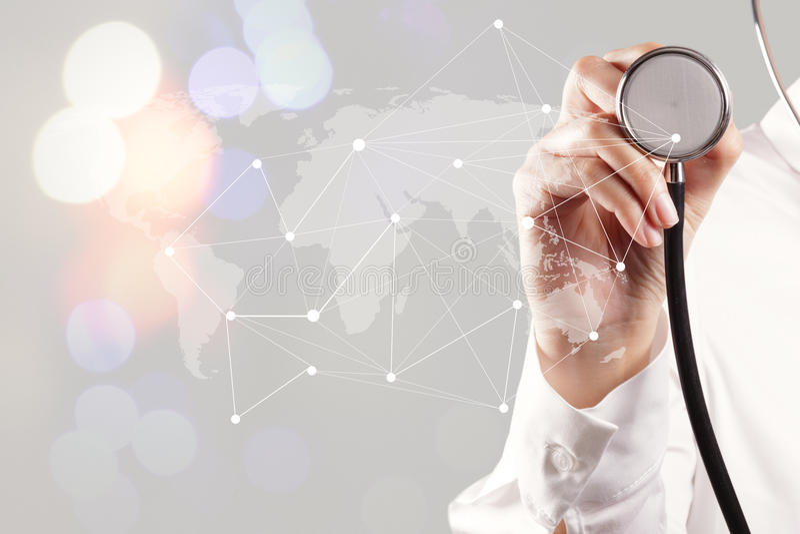 έξυπνο χέρι ιατρών που παρουσιάζει δίκτυο με την έκθεση bokeh όπως στοκ φωτογραφία με δικαίωμα ελεύθερης χρήσης