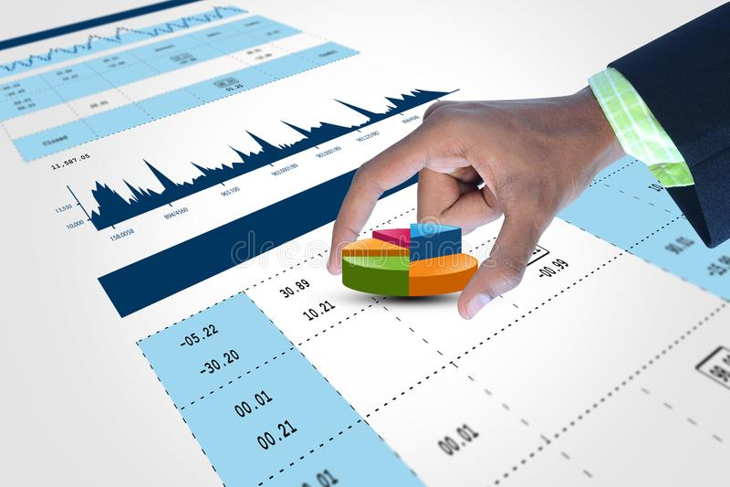 Έξυπνο χέρι που παρουσιάζει διάγραμμα πιτών χρηματοδότησης στοκ φωτογραφίες με δικαίωμα ελεύθερης χρήσης