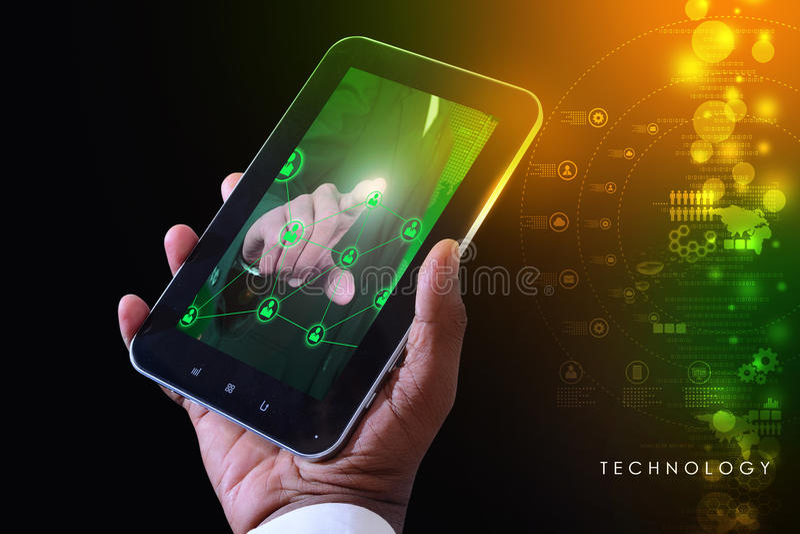 Έξυπνο χέρι που παρουσιάζει φουτουριστική τεχνολογία στοκ εικόνα