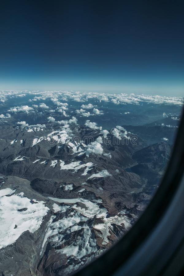 Έξω ένα παράθυρο αεροπλάνων, έννοια για το photoshop στοκ φωτογραφίες