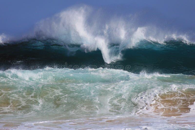 Έξω από την καθορισμένη αμμώδη παραλία Χαβάη κυμάτων στοκ εικόνες