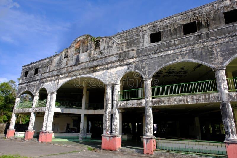 Έξω από την πόλη η δημόσια αγορά εγκαταλείπεται και στην ερείπωση στοκ φωτογραφίες
