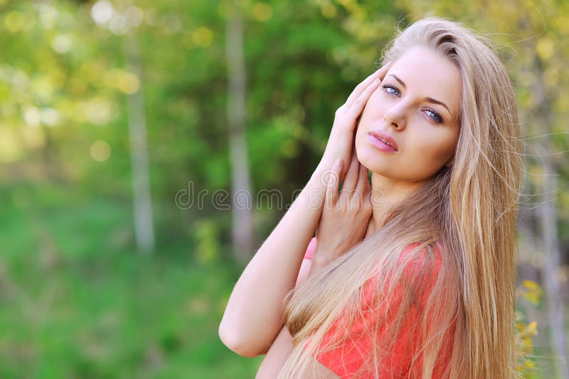 Έξω από το στενό επάνω πορτρέτο της όμορφης νέας ευτυχούς γυναίκας με FR στοκ εικόνα