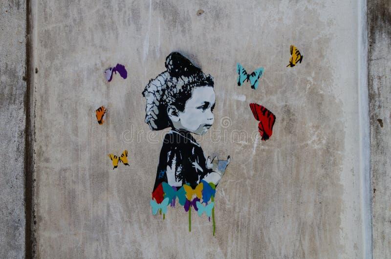 Έργο τέχνης σε έναν τοίχο μέσα σε ένα εγκαταλειμμένο κτήριο στοκ φωτογραφία