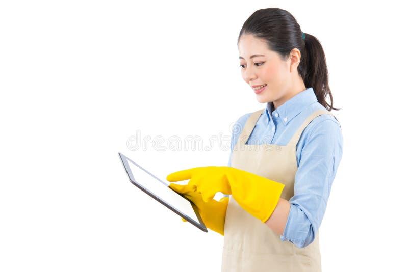 Έρευνα των καθαρίζοντας υπηρεσιών στο διαδίκτυο στοκ φωτογραφία με δικαίωμα ελεύθερης χρήσης
