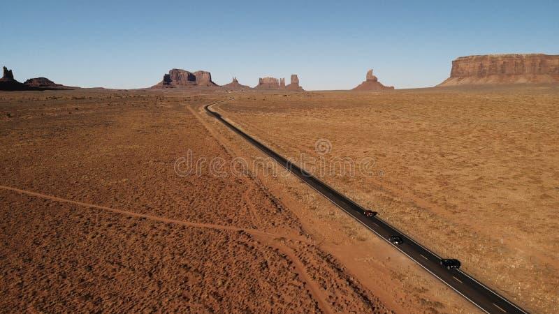 Έρημος, εθνική οδός στην Αριζόνα, ΗΠΑ κοντά στο Oljato†«μνημείο Valle στοκ εικόνα με δικαίωμα ελεύθερης χρήσης