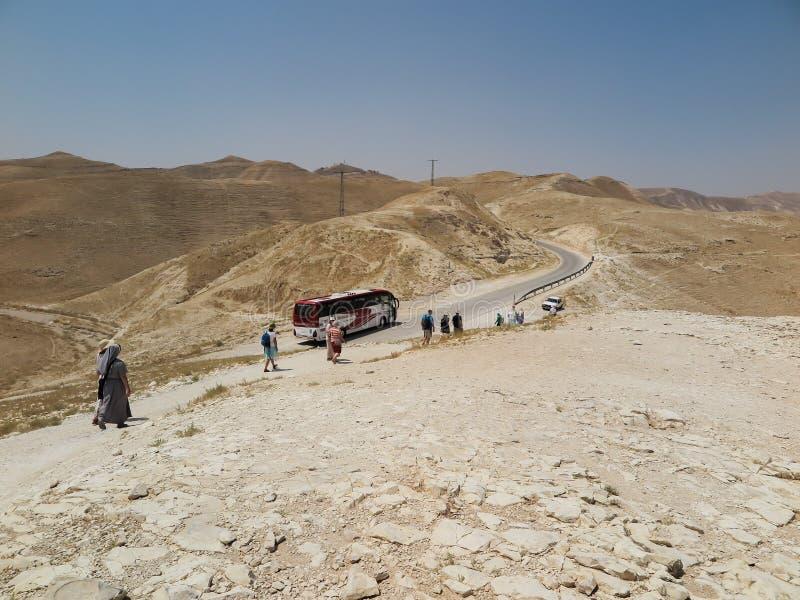 Έρημος Judea, Ισραήλ - 14 Ιουλίου 2015 ρ : Μένοντας πολωνικός προσκυνητής στοκ φωτογραφίες με δικαίωμα ελεύθερης χρήσης