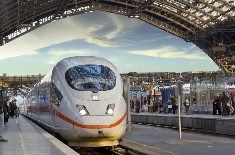 έρχεται τραίνο σταθμών στοκ φωτογραφία με δικαίωμα ελεύθερης χρήσης
