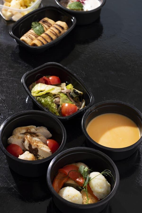 Έτοιμα γεύματα στα εμπορευματοκιβώτια τροφίμων eco, βιταμίνες Β, Ε, μαγνήσιο, κάλιο, φολικό οξύ στοκ εικόνες