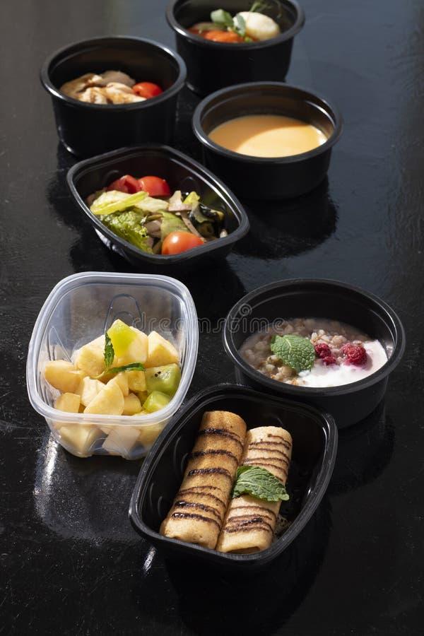 Έτοιμα πιάτα στα εμπορευματοκιβώτια τροφίμων eco, βιταμίνες Β, Ε, μαγνήσιο στοκ εικόνες