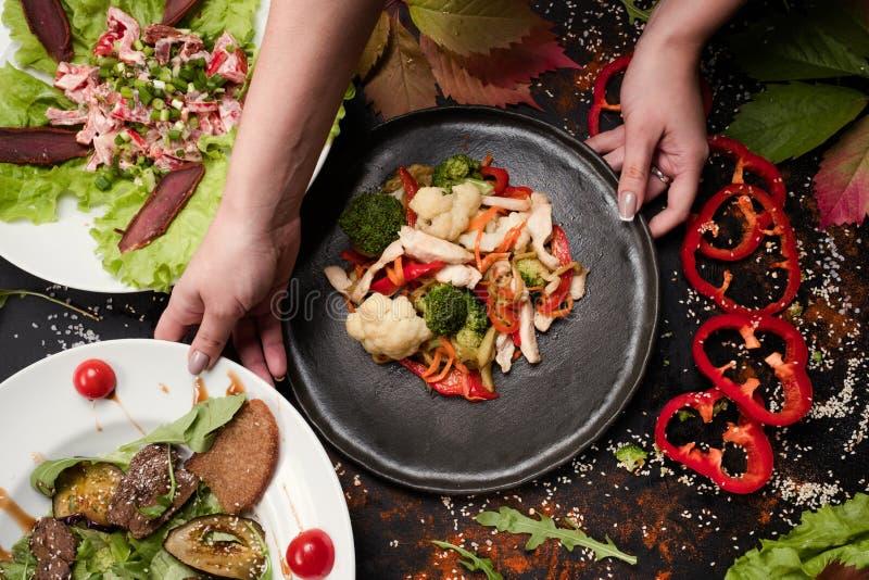 Έτοιμες γίνοντες σαλάτες διαδικασίας μαγείρων λειτουργώντας στοκ εικόνα με δικαίωμα ελεύθερης χρήσης