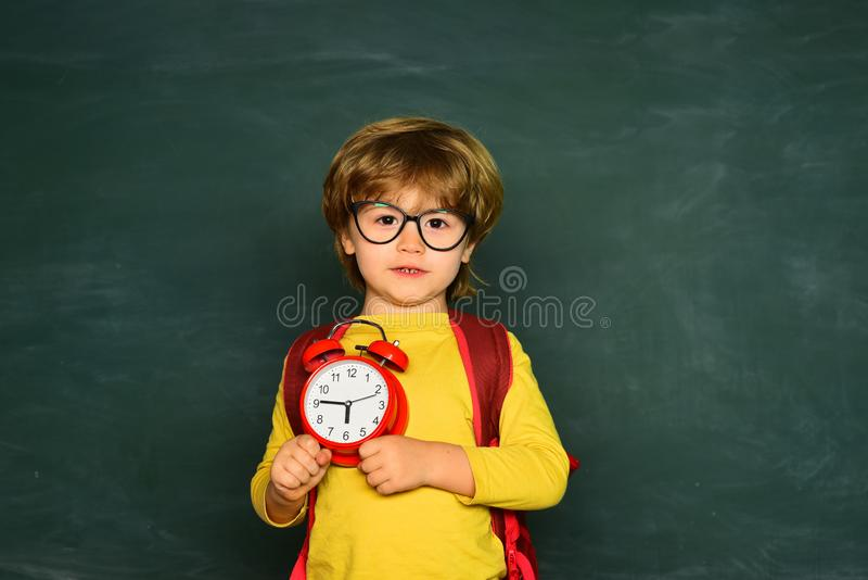 Έτοιμος για το σχολείο Πορτρέτο του αγοριού που είναι πρώην στο σχολείο Χρόνος να μαθευτεί η έννοια στοκ φωτογραφία με δικαίωμα ελεύθερης χρήσης