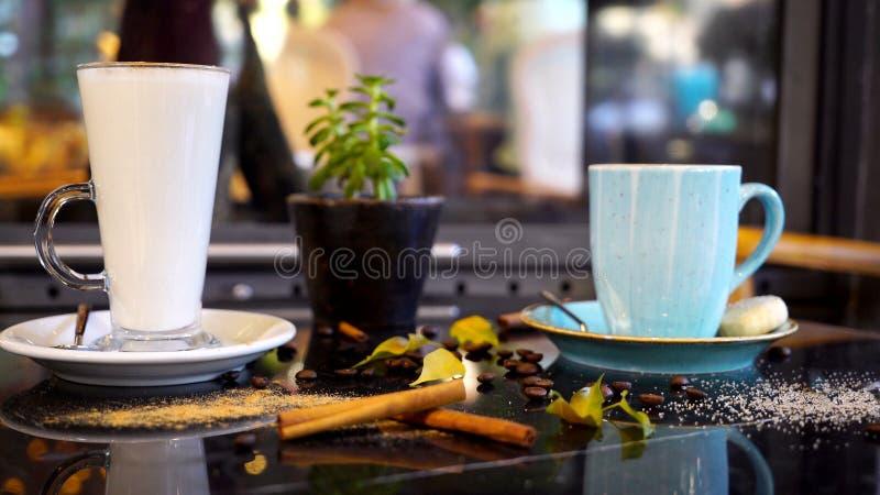 Έτοιμος να πιει τα φλυτζάνια καφέ στο γραφείο στοκ εικόνα