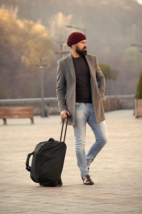 Έτοιμος να ταξιδεψει ( t Γενειοφόρο ταξίδι hipster ατόμων με τη μεγάλη τσάντα αποσκευών στις ρόδες Αφήστε το ταξίδι στοκ εικόνες με δικαίωμα ελεύθερης χρήσης