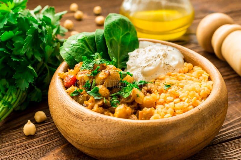 Έτοιμος να φάει το κρεμώδες vegan chickpea κάρρυ και το ελληνικό γιαούρτι στοκ εικόνες