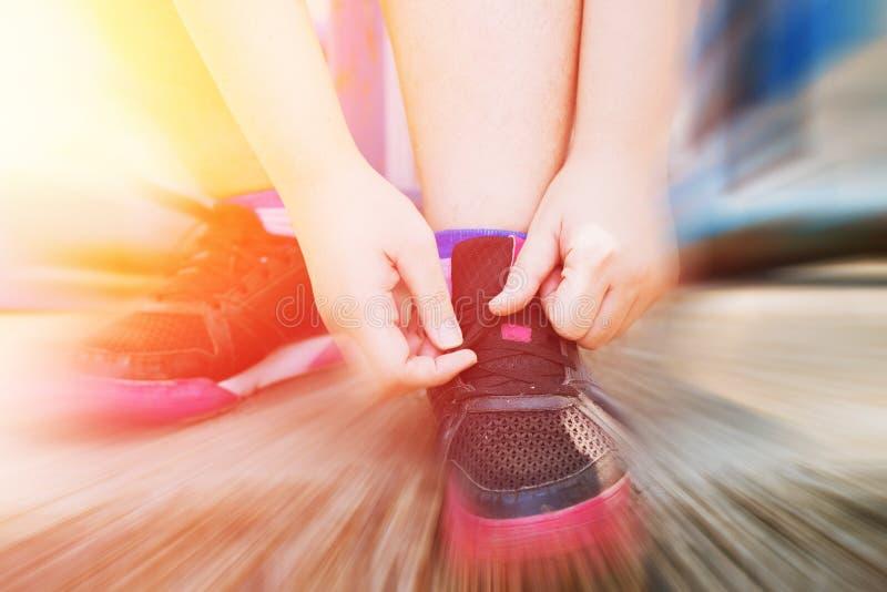 Έτοιμος στην παχιά παλίρροια γυναικών αθλητικής έννοιας τα παπούτσια της στοκ εικόνα