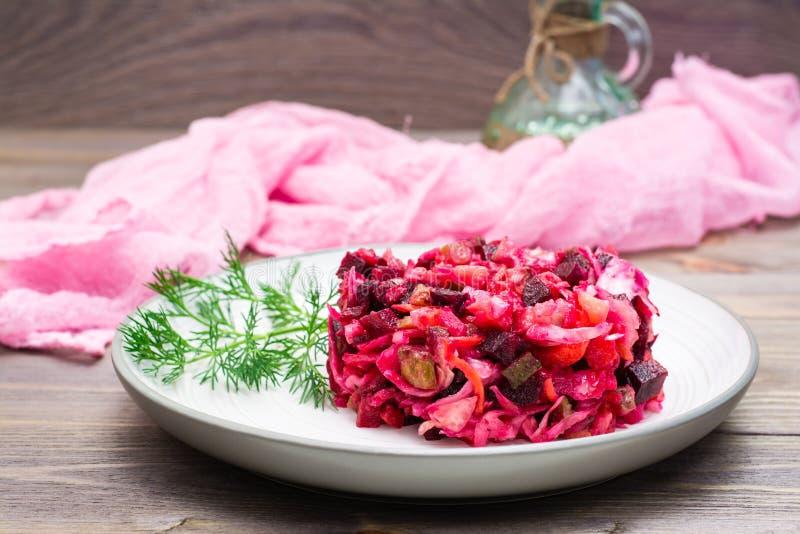 Έτοιμο για κατανάλωση ορεκτικό - μια μερίδα του vinaigrette σε ένα πιάτο στοκ εικόνα με δικαίωμα ελεύθερης χρήσης