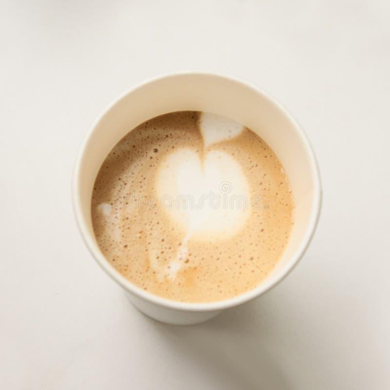 Έτοιμο ποτό γάλα καφέ Καρδιά Άσπρη ανασκόπηση στοκ εικόνα