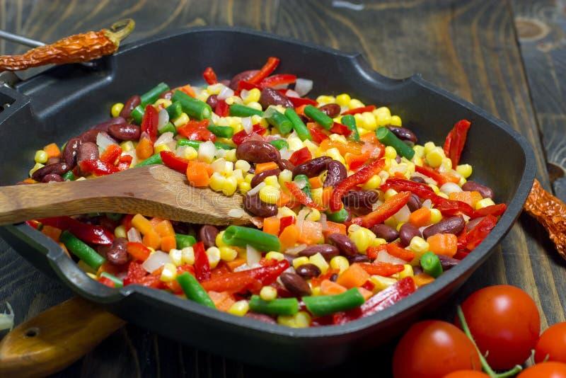 Έτοιμο υγιές γεύμα των λαχανικών - χορτοφάγα τρόφιμα στοκ φωτογραφίες