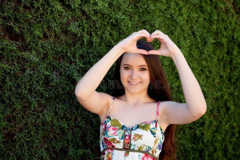 Έφηβη ερωτευμένο κατασκευάζοντας μια καρδιά με το χέρι της στοκ εικόνες με δικαίωμα ελεύθερης χρήσης