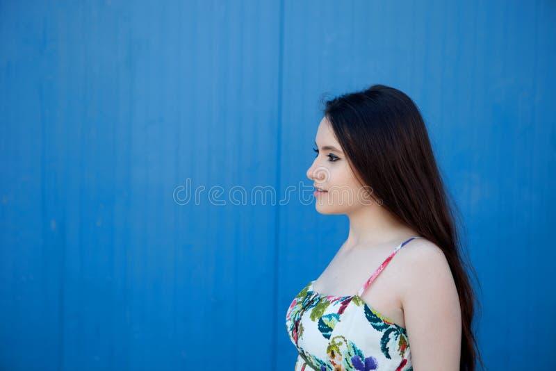 Έφηβη με ένα μπλε υπόβαθρο στοκ φωτογραφία