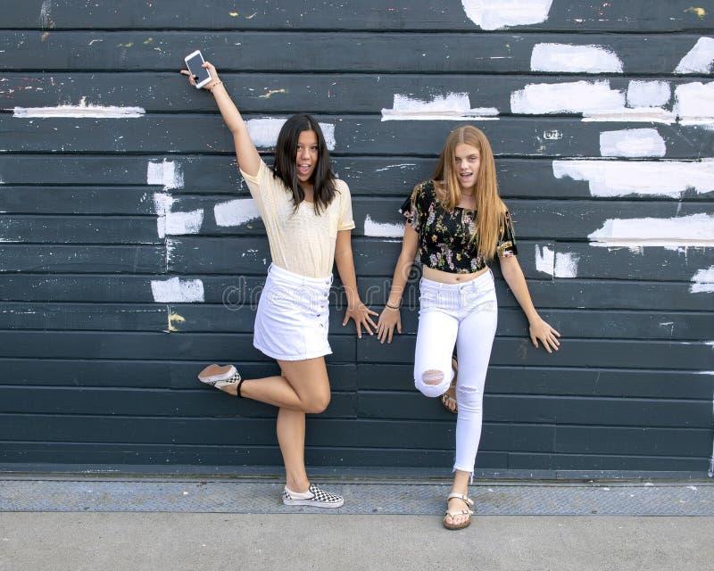 Έφηβη που έχουν την τοποθέτηση διασκέδασης έξω από το ενυδρείο του Σιάτλ στοκ εικόνα