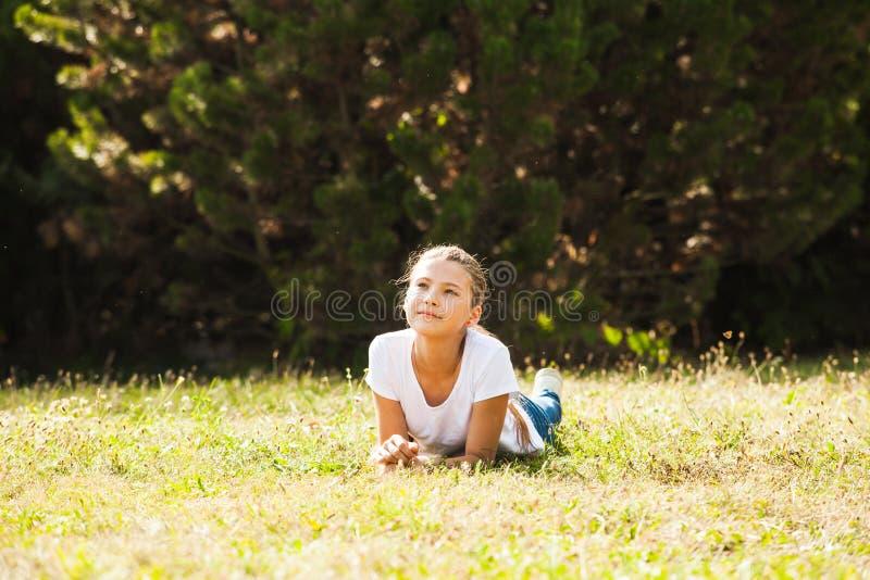 Έφηβη που βρίσκεται στη χλόη στοκ εικόνες