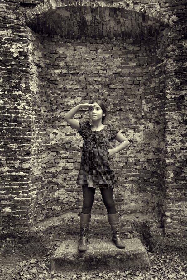 Έφηβη που ενεργεί ως κυρία από το παρελθόν στοκ εικόνες με δικαίωμα ελεύθερης χρήσης